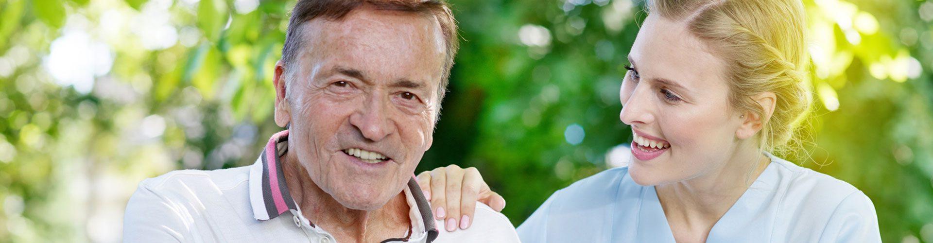 Älterer Mann mit Pflegefachkraft