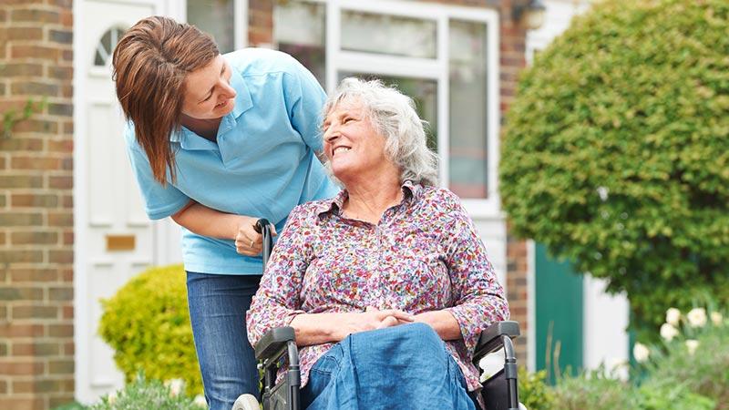 Pflege einer Frau im Rollstuhl